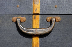 gammal resväska för handtag arkivbild