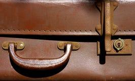 gammal resväska för handtagläder Arkivfoto