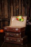 Gammal resväska för tappning tre Arkivbild