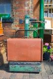 Gammal resväska på tappningvägningsvåg Fotografering för Bildbyråer