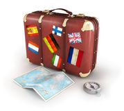 Gammal resväska med världskartan och kompasset Arkivfoton