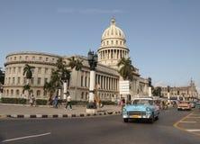 Gammal retro amerikansk bil på från av Kapitolium på gatan i Havana Cuba Royaltyfri Foto