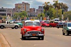 Gammal retro bil i havannacigarren, Kuba Arkivfoton