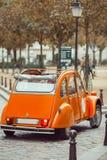 Gammal retro bil i Paris royaltyfri bild