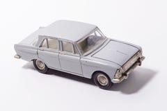 Gammal retro bilmodell i grå färger på en vit bakgrund Arkivbild