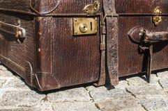 Gammal retro closeup för läderresväskadetalj Arkivbilder
