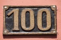 Gammal retro gjutjärnplatta nummer 100 Arkivfoton