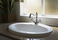 Gammal retro handfat för vattenklapp i modernt badrum Arkivbild