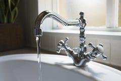 Gammal retro handfat för vattenklapp i modernt badrum Royaltyfria Foton