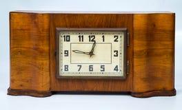 Gammal retro klocka i ett tillverkat träfall Royaltyfria Bilder