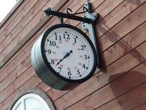 Gammal retro klocka på en drevstation Inre Arkivfoto