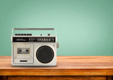 Gammal retro radio på tabellen Royaltyfria Bilder
