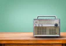 Gammal retro radio på tabellen Arkivfoton