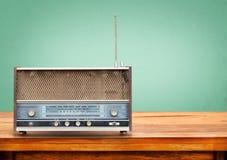 Gammal retro radio på tabellen Fotografering för Bildbyråer