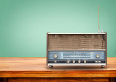 Gammal retro radio på tabellen royaltyfri foto