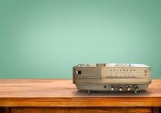 Gammal retro radio på tabellen Arkivfoto