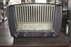 Gammal retro radio på trätabellen Royaltyfria Foton