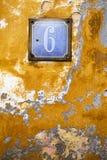 Gammal retro riden ut målad järnplatta med nummer 6 Royaltyfria Foton