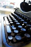 Gammal retro skrivmaskin på fönstret arkivbild