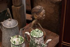 Gammal retro tekanna för kokkärltillbringaretappning som göras från traditionellt antikt kök för metall royaltyfri fotografi