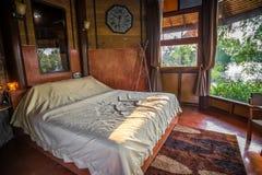 Gammal retro thailändsk stil av träsovrummet arkivbilder