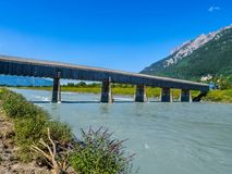 Gammal Rhenbro från Schweiz till Liechtenstein, Vaduz, Liech arkivbild