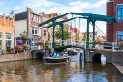 Gammal Rhenkanal för klaffbro i Leiden, Nederländerna Royaltyfria Bilder