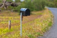 Gammal riden ut brevlåda på den lantliga vägrenen i Island Royaltyfria Bilder