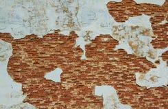 Gammal riden ut murbruk på tegelstenväggen Arkivfoton