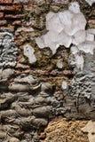 Gammal riden ut murverkv?gg med att smula tegelsten och m?nga cementlappar, som en texturerad bakgrund royaltyfri bild