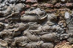 Gammal riden ut murverkv?gg med att smula tegelsten och m?nga cementlappar, som en texturerad bakgrund royaltyfria bilder
