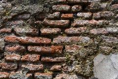 Gammal riden ut murverkv?gg med att smula tegelsten och m?nga cementlappar, som en texturerad bakgrund royaltyfria foton