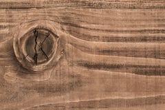 Gammal riden ut sprucken knuten planka - detalj Arkivbilder