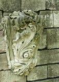 Gammal riden ut sten som snider på en gammal vägg Arkivfoton