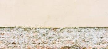 Gammal riden ut tappningtegelstenvägg med bruten murbruk och trottoar grungy stads- för bakgrund Fotografering för Bildbyråer