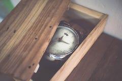 Gammal ringklocka i retro tappningbakgrund för konst Arkivfoto