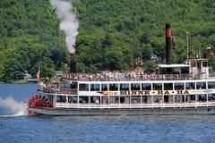 Gammal rinnande ångbåt som tar turister ut på den härliga sjön George, New York, 2014 Royaltyfria Bilder