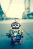 Gammal robotleksak, tappningfärgstil Fotografering för Bildbyråer