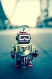 Gammal robotleksak, tappningfärgstil Arkivbild