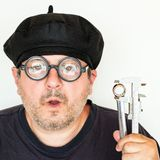 Gammal rolig mekaniker Wearing Glasses royaltyfri foto