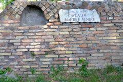 Gammal roman tegelstenvägg i rummet av Marte och Venere, Rome Italien Royaltyfria Foton