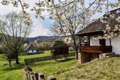 Gammal romanian bondaktig borggård i bymuseet, Valcea, Rumänien Arkivfoton