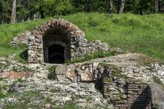 Gammal romersk arkeologisk plats med ingången och röd tegelsten arkivfoto
