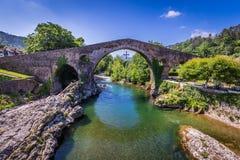 Gammal romersk stenbro i Cangas de Onis (Asturias), Spanien Royaltyfri Bild