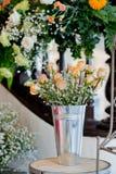 Gammal rosa bröllopgarneringinställning Arkivbild