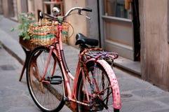 Gammal rosa färgcykel royaltyfri bild