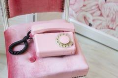 Gammal rosa hem- telefon Bunden tappningtelefon retro royaltyfri fotografi