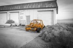 Gammal rostad bil i övergiven bensinstation Arkivbild