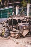 Gammal rostad bil som utanför parkeras royaltyfria bilder