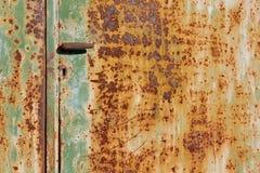 Gammal rostad dörr med handtaget Royaltyfria Foton